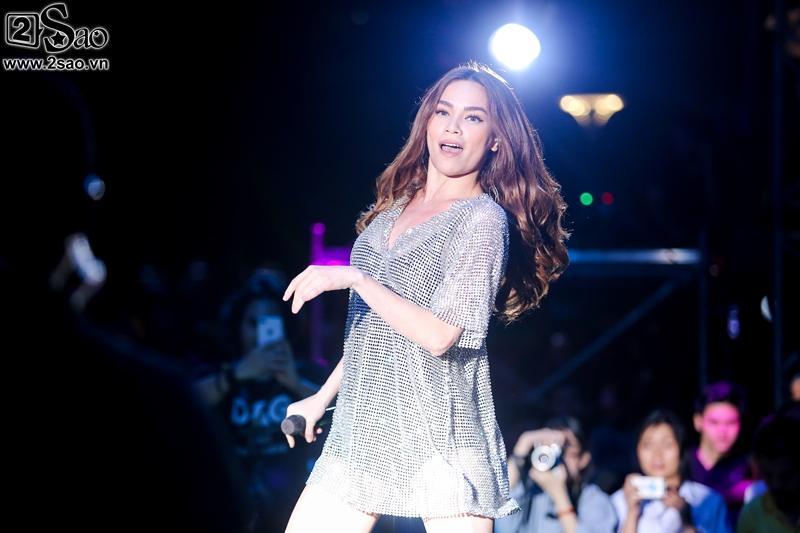 Hà Hồ chỉnh váy cho người mẫu, bị khán giả vây kín phố đi bộ-9