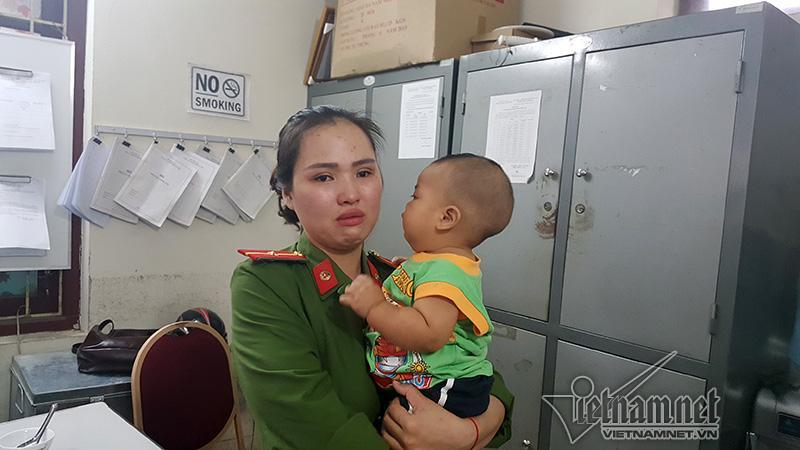 Bé trai được nữ thiếu úy công an cho bú về nhà sau 18 ngày-1