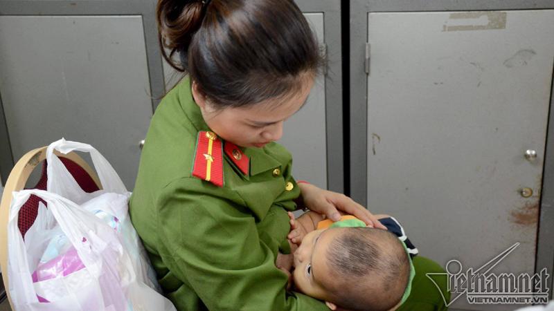 Bé trai được nữ thiếu úy công an cho bú về nhà sau 18 ngày-2