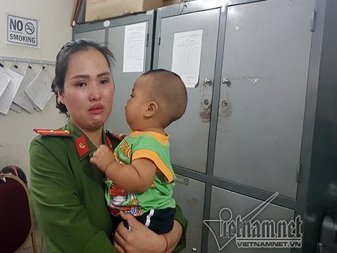 Bé trai được nữ thiếu úy công an cho bú về nhà sau 18 ngày