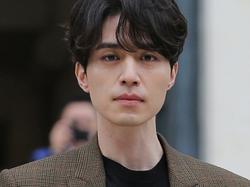 Sao Hàn 23/10: Lee Dong Wook bị quấy rối tình dục vì chiếc quần nhạy cảm