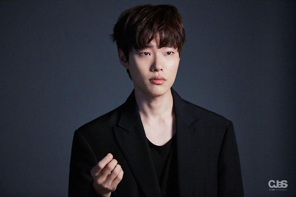 Sao Hàn 23/10: Lee Dong Wook bị quấy rối tình dục vì chiếc quần nhạy cảm-10