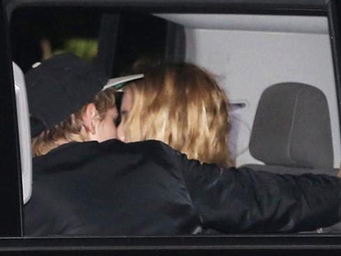 Kristen Stewart hôn người tình đồng giới đắm đuối trong xe