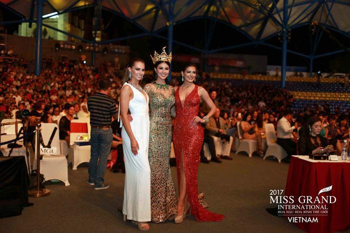 Người đẹp Thái Lan vấp té ngay trên sân khấu Miss Grand International 2017-6