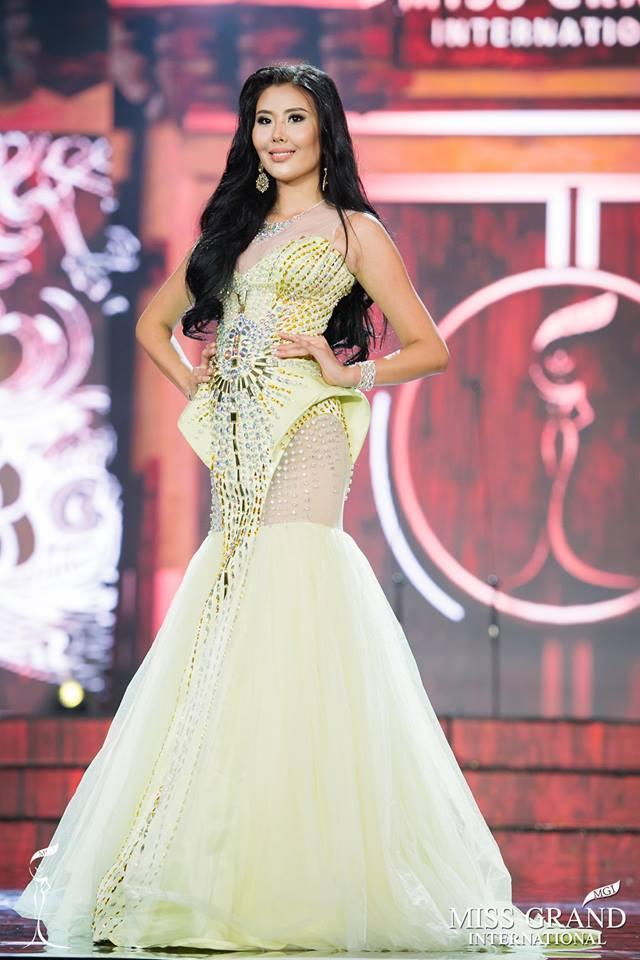 Những bộ đầm dạ hội xấu tệ tại bán kết Miss Grand International 2017-7