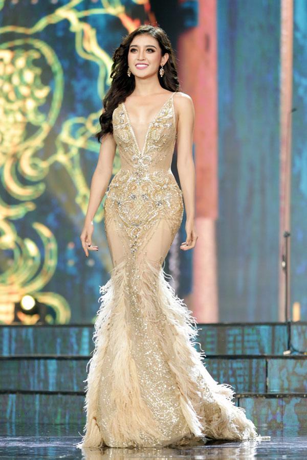 Cận cảnh chiếc váy gắn hàng chục nghìn viên pha lê của Huyền My-6