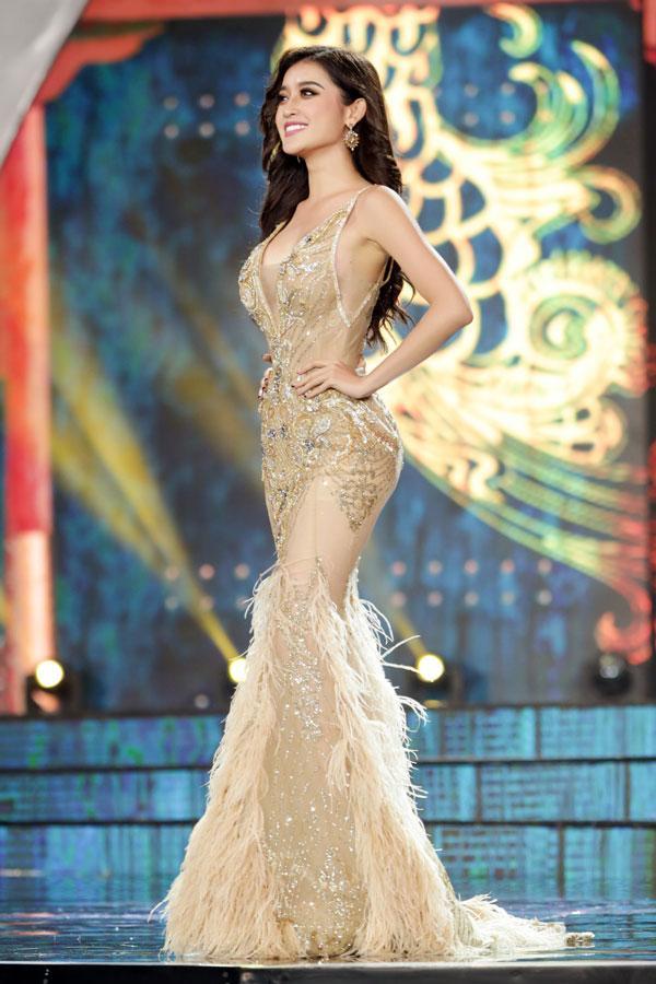 Cận cảnh chiếc váy gắn hàng chục nghìn viên pha lê của Huyền My-7