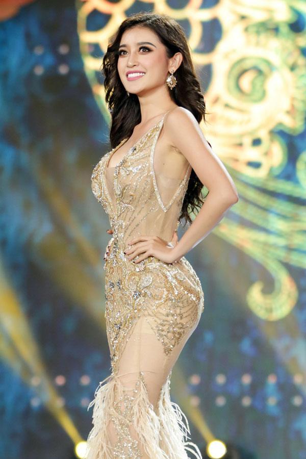 Cận cảnh chiếc váy gắn hàng chục nghìn viên pha lê của Huyền My-8