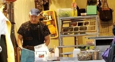 Anh trai Lâm Chí Dĩnh bị bắt gặp bán hàng ăn vỉa hè, không nhận em trai-1