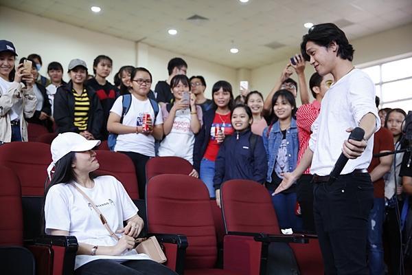 Clip hot: Hiền Sến tỏ tình lãng mạn với Lý Phương Châu giữa chốn đông người-5