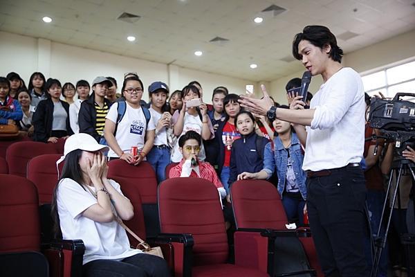 Clip hot: Hiền Sến tỏ tình lãng mạn với Lý Phương Châu giữa chốn đông người-7