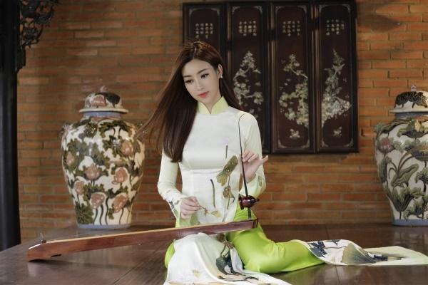 Thưởng thức tài nghệ chơi đàn bầu của hoa hậu Đỗ Mỹ Linh-2
