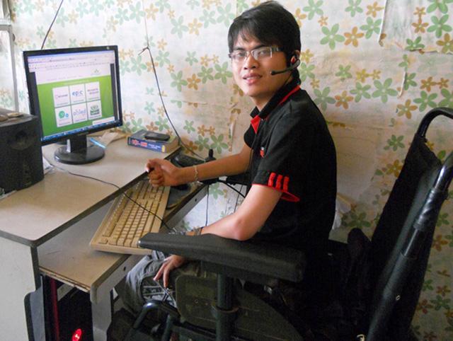 Nghị lực của chàng trai Việt ngồi xe lăn làm việc cho công ty Singapore-1