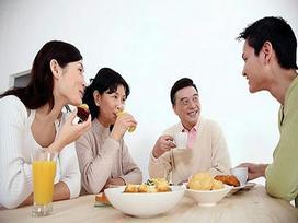 Cô gái bị nhận xét vô giáo dục khi đến nhà bạn trai ăn cơm không mời