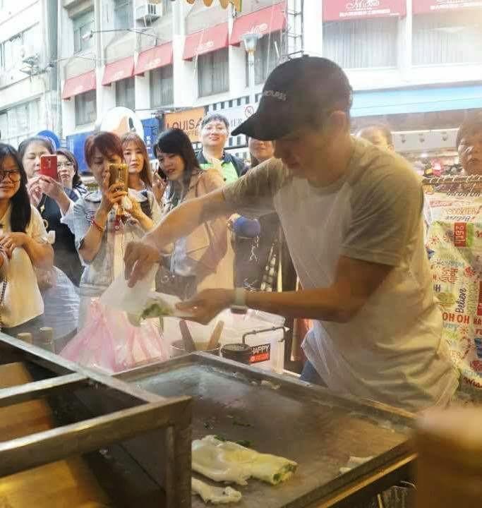 Dân Đài Loan xếp hàng mua bánh cuốn vỉa hè của anh trai Lâm Chí Dĩnh-6