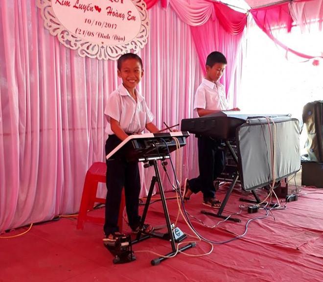 Hai cậu bé Khánh Hoà chơi nhạc điện tử điêu luyện trong đám cưới-1