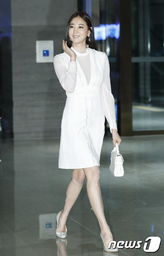 Sao Hàn 28/10: Mẹ Kim Tan U50 khoe ngực đầy, đọ sắc cùng Hoa hậu Hàn Quốc-2