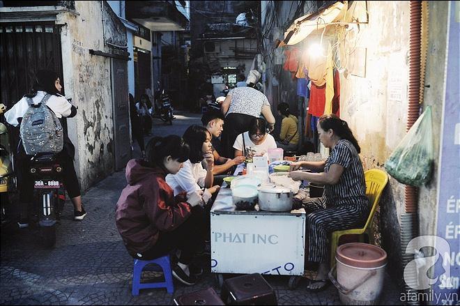 Quán bánh bột lọc 30 năm tuổi phố Ngọc Lâm, quán vỉa hè, mở hàng giờ dị mà vẫn nườm nượp khách-1