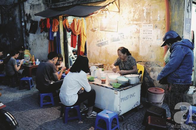Quán bánh bột lọc 30 năm tuổi phố Ngọc Lâm, quán vỉa hè, mở hàng giờ dị mà vẫn nườm nượp khách-2
