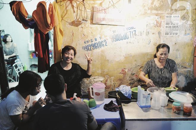 Quán bánh bột lọc 30 năm tuổi phố Ngọc Lâm, quán vỉa hè, mở hàng giờ dị mà vẫn nườm nượp khách-3