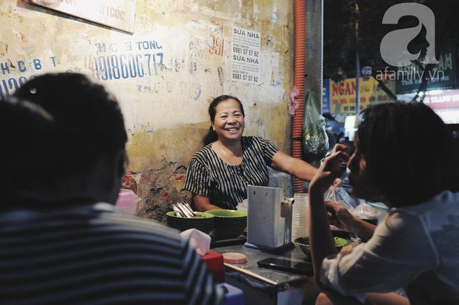 Quán bánh bột lọc 30 năm tuổi phố Ngọc Lâm, quán vỉa hè, mở hàng giờ dị mà vẫn nườm nượp khách-4