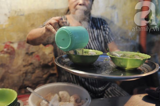 Quán bánh bột lọc 30 năm tuổi phố Ngọc Lâm, quán vỉa hè, mở hàng giờ dị mà vẫn nườm nượp khách-6