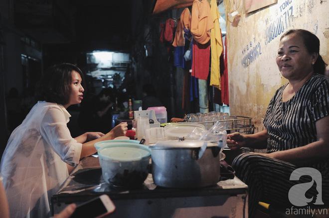 Quán bánh bột lọc 30 năm tuổi phố Ngọc Lâm, quán vỉa hè, mở hàng giờ dị mà vẫn nườm nượp khách-8