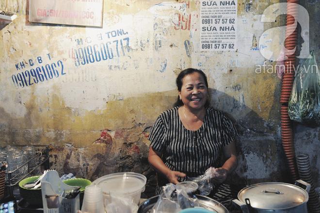 Quán bánh bột lọc 30 năm tuổi phố Ngọc Lâm, quán vỉa hè, mở hàng giờ dị mà vẫn nườm nượp khách-9