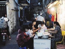 Quán bánh bột lọc 30 năm tuổi phố Ngọc Lâm, quán vỉa hè, mở hàng giờ 'dị' mà vẫn nườm nượp khách