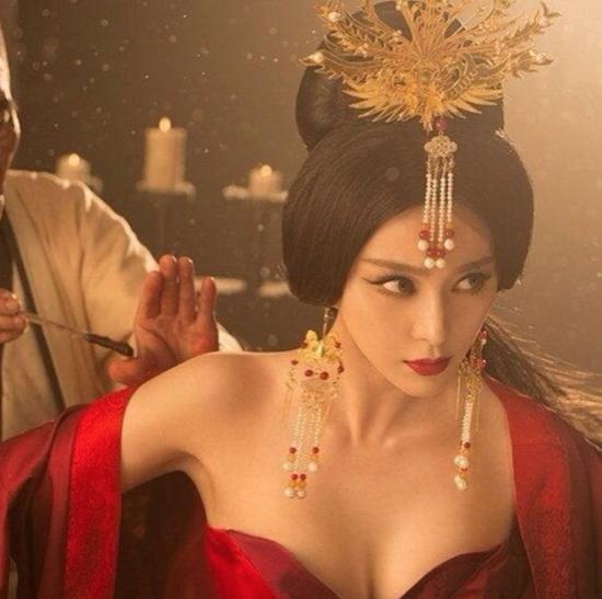 Đốt mắt với tạo hình cổ trang khoe ngực quá đà của mỹ nhân Hoa Ngữ-4