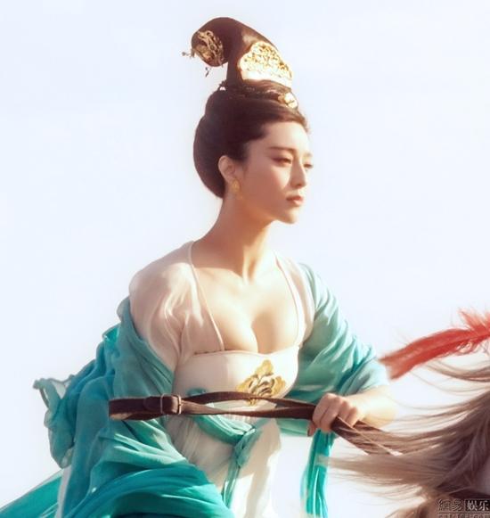 Đốt mắt với tạo hình cổ trang khoe ngực quá đà của mỹ nhân Hoa Ngữ-5