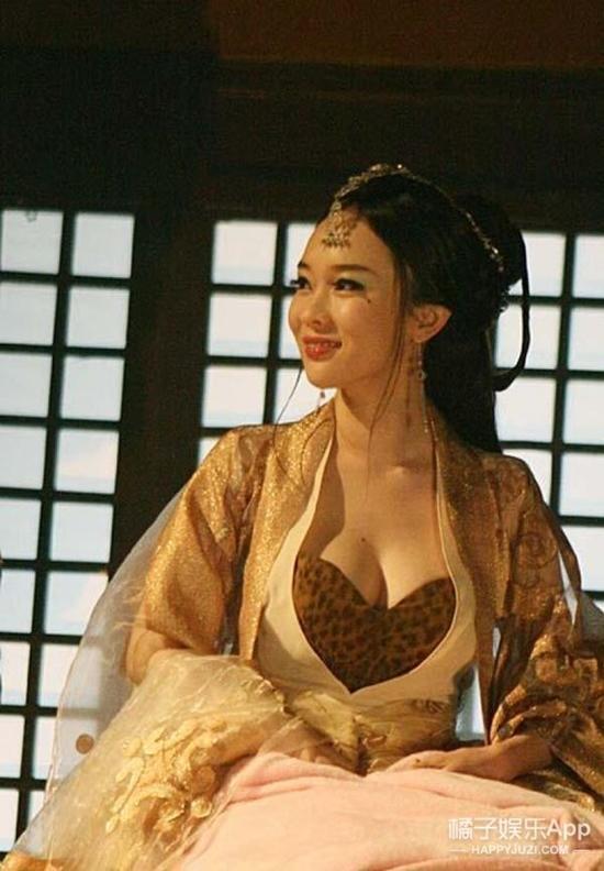 Đốt mắt với tạo hình cổ trang khoe ngực quá đà của mỹ nhân Hoa Ngữ-13