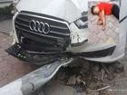 Hà Nội: Audi húc đổ cột đèn trúng người đi bộ trên phố