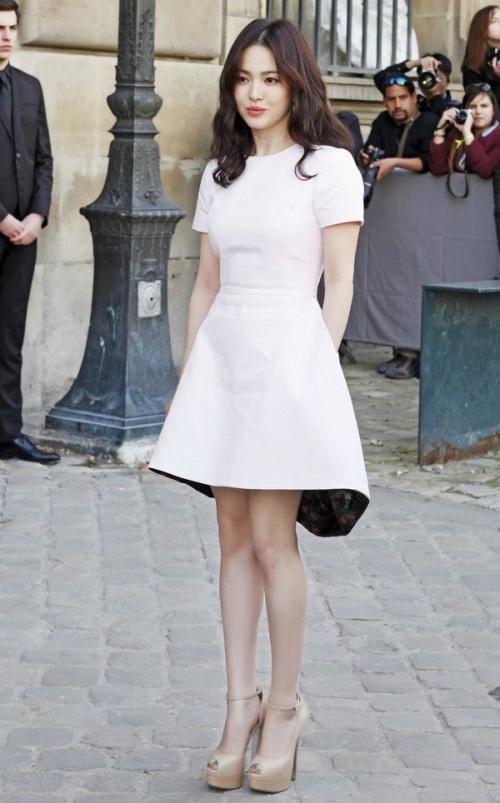 Với vóc dáng bé nhỏ, Song Hye Kyo sẽ chọn váy cưới kiểu nào để làm 'cô dâu thế kỉ'?-1