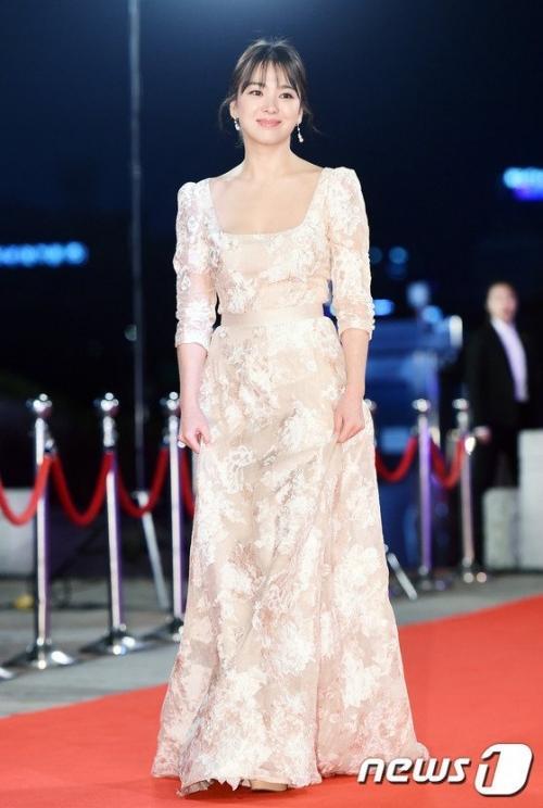 Với vóc dáng bé nhỏ, Song Hye Kyo sẽ chọn váy cưới kiểu nào để làm 'cô dâu thế kỉ'?-8