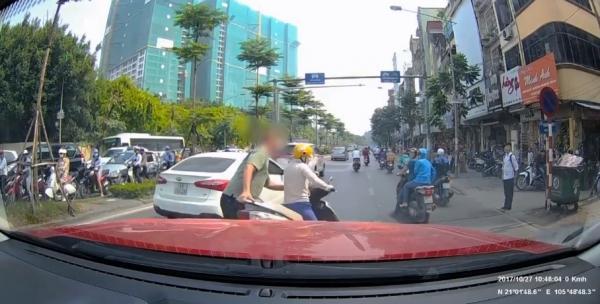 Image result for Ông Tây nhấc bổng, lôi người phụ nữ và xe máy vào lề đường