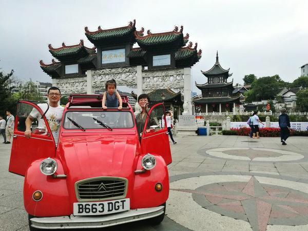 Cặp vợ chồng mua xe cổ tự lái đi du lịch qua 19 nước-1