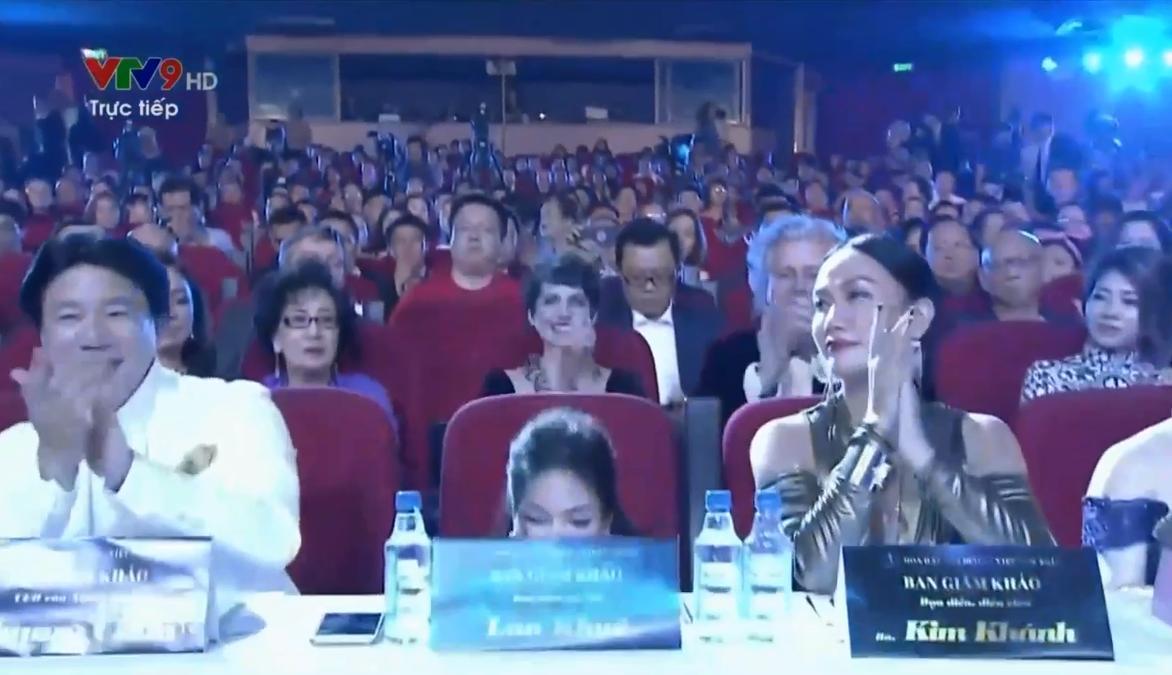 Lan Khuê ngã dúi dụi vì lọt ghế tại chung kết Hoa hậu Đại dương 2017-5