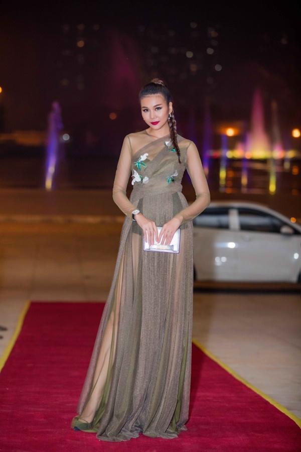 Đeo đồng hồ tiền tỷ, mặc váy xuyên thấu khiến Thanh Hằng gợi cảm hết mức-1