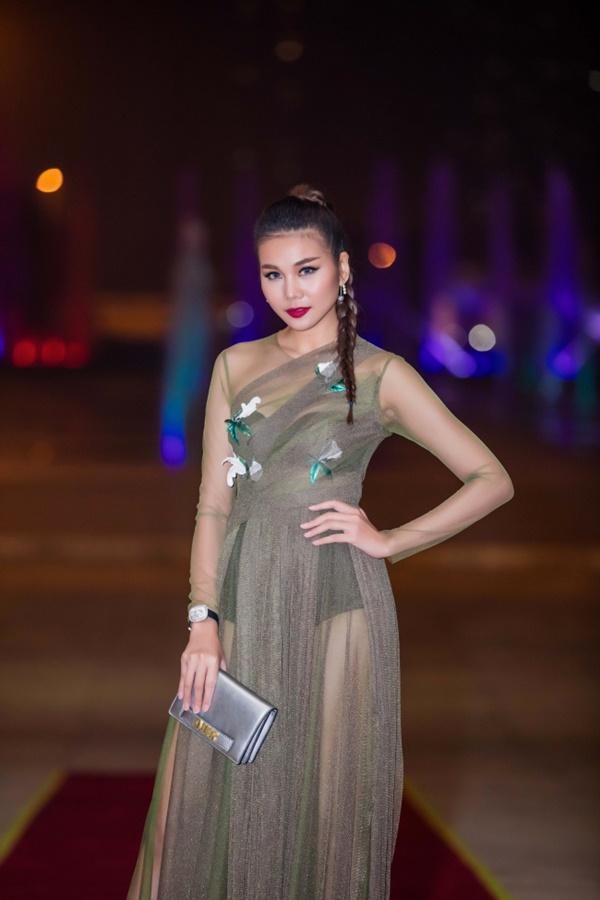 Đeo đồng hồ tiền tỷ, mặc váy xuyên thấu khiến Thanh Hằng gợi cảm hết mức-2