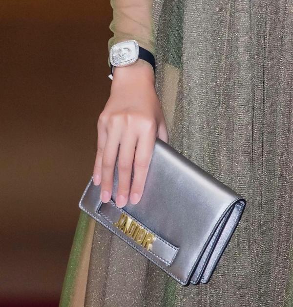 Đeo đồng hồ tiền tỷ, mặc váy xuyên thấu khiến Thanh Hằng gợi cảm hết mức-4
