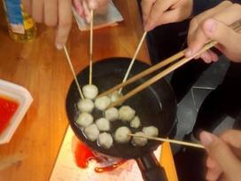 Học 'thánh ăn vụng', nhóm HS tự chế bếp lò, chiên chả cá bằng chảo chống dính ngay trong lớp