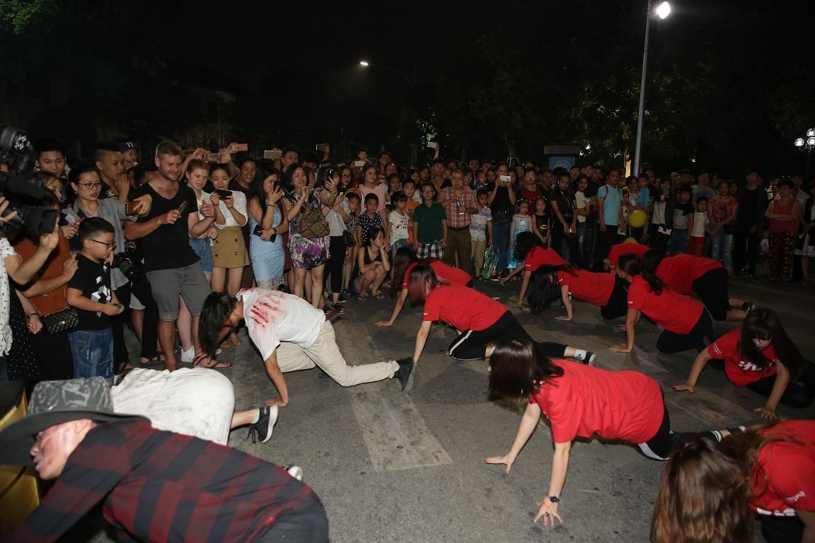 Đã mắt với màn nhảy flashmob theo phong cách thây ma trên phố đi bộ Hà Nội-6