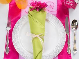 3 cách gấp khăn ăn trang trí bàn ăn đẹp tinh tế