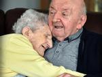 Nghẹn ngào câu chuyện mẹ già 100 tuổi vào viện dưỡng lão chăm con trai 80 tuổi