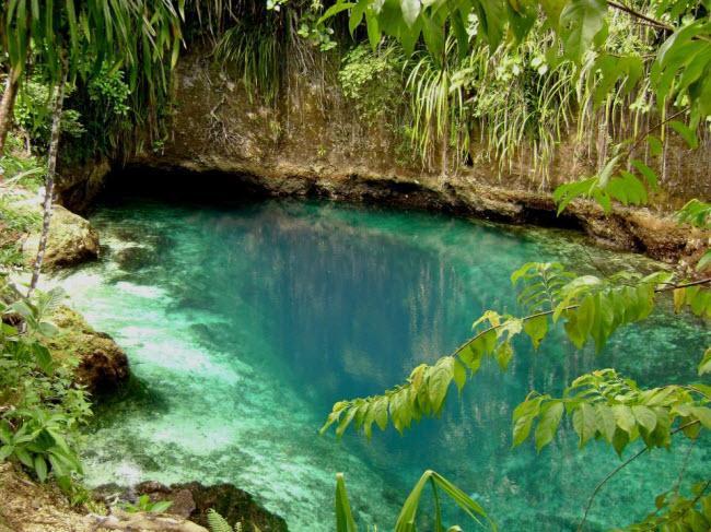 Bí mật ẩn chứa bên trong dòng sông không nguồn có màu xanh lạ kỳ-1