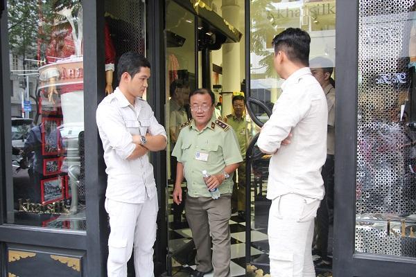 Đồng loạt kiểm tra 3 cửa hàng Khaisilk ở Sài Gòn-1
