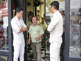 Đồng loạt kiểm tra 3 cửa hàng Khaisilk ở Sài Gòn