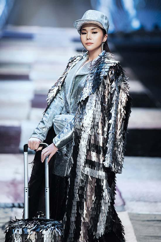 Thanh Hằng- Công Trí gây náo loạn với  trang phục công sở-3