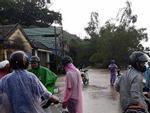 Ảnh hưởng áp thấp, miền Trung mưa trắng trời, nhà dân bị ngập sâu hơn 1m